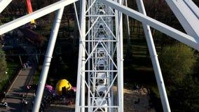 Mening van Ferris Wheel bij het Pretpark Divo Ostrov in St. Petersburg Rusland stock footage