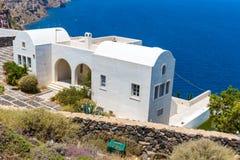 Mening van Fira-stad - Santorini-eiland, Kreta, Griekenland. Witte concrete trappen die neer tot mooie baai leiden Stock Afbeeldingen