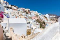 Mening van Fira-stad - Santorini-eiland, Kreta, Griekenland. Witte concrete trappen die neer tot mooie baai leiden Stock Foto's