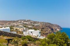 Mening van Fira-stad - Santorini-eiland, Kreta, Griekenland. Witte concrete trappen die neer tot mooie baai leiden Royalty-vrije Stock Foto