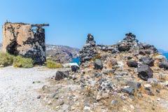 Mening van Fira-stad - Santorini-eiland, Kreta, Griekenland. Witte concrete trappen die neer tot mooie baai leiden Royalty-vrije Stock Foto's