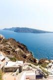 Mening van Fira-stad - Santorini-eiland, Kreta, Griekenland. Witte concrete trappen die neer tot mooie baai leiden Royalty-vrije Stock Fotografie