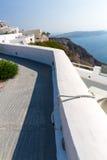Mening van Fira-stad - Santorini-eiland, Kreta, Griekenland. Witte concrete trappen die neer tot mooie baai leiden Royalty-vrije Stock Afbeelding