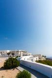 Mening van Fira-stad - Santorini-eiland, Kreta, Griekenland. Witte concrete trappen die neer tot mooie baai leiden Royalty-vrije Stock Afbeeldingen