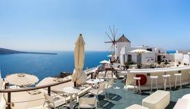 Mening van Fira-stad - Santorini-eiland, Kreta, Griekenland. Witte concrete trappen die neer tot mooie baai leiden Stock Afbeelding