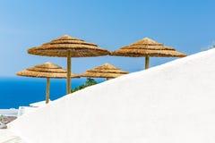 Mening van Fira-stad - Santorini-eiland, Kreta, Griekenland. Witte concrete trappen die neer tot mooie baai met duidelijke blauwe  Stock Foto
