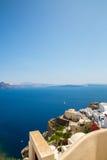 Mening van Fira-stad - Santorini-eiland, Kreta, Griekenland Witte concrete trappen die neer tot mooie baai met duidelijke blauwe  Royalty-vrije Stock Foto