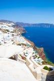Mening van Fira-stad - Santorini-eiland, Kreta, Griekenland Witte concrete trappen die neer tot mooie baai met duidelijke blauwe  Stock Fotografie