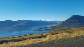 Mening van fjorden door de oceaan van de weg stock fotografie