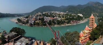 Mening van Ganga-rivierdijk, de brug van Lakshman Jhula en Tera Manzil Temple, Trimbakeshwar in Rishikesh stock afbeelding