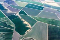 Mening van geïrrigeerde landbouwgrond van de hemel die - klaar om in de luchthaven van Sacramento te landen Californië worden stock afbeelding