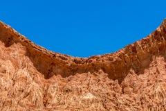 Mening van gebogen rood zandsteenklip met blauwe hemel stock foto's