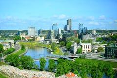 Mening van Gediminas-kasteel aan nieuwe Vilnius stock afbeeldingen
