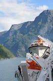Mening van Geirangerfjord Noorwegen van achtergedeelte van cruiseschip Magellan met reddingsboten in voorgrond Royalty-vrije Stock Afbeeldingen
