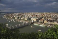 Mening van Gellert-heuvel op Boedapest en Elisabeth Bridge Royalty-vrije Stock Fotografie