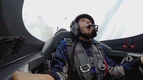 Mening van gelukkig mannelijk gezicht, opgewekte passagier die van sportenvliegtuig, hobby rond eruit zien stock video
