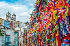 Mening van gelukkige die linten rond de kerk van Igreja worden gebonden Nossa Senhora do Bonfim royalty-vrije stock afbeeldingen