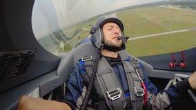 Mening van gelukkige passagier die van extreem vechtersvliegtuig van de grond opstijgen, stock video