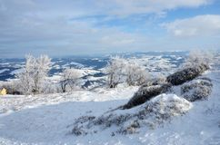 Mening van Gemba-berg tijdens de winter zonnige dagtocht, de Oekraïne Stock Afbeeldingen