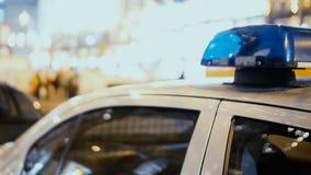 Mening van geparkeerd dichtbij wegkantpolitiewagen, openbare ordebescherming, verkeerscontrole stock video