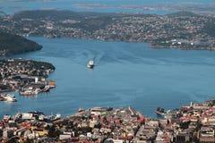 Mening van golf en stad vanaf de bovenkant van Onderstelulriken Bergen, Noorwegen stock foto's