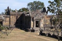 Mening van Gopura III ingang en Naga-verhoogde weg bij de complexe Tempel van de 11de eeuwpreah Vihear stock afbeelding