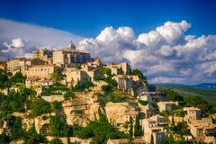 Mening van Gordes, een kleine middeleeuwse stad in de Provence, Frankrijk Een mening van de richels van het dak van dit mooie dor royalty-vrije stock foto's