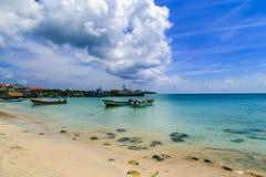 Mening van graaneiland Nicaragua overzees met boten en blauwe hemel royalty-vrije stock fotografie