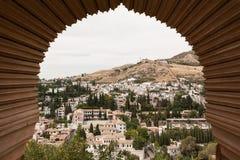 Mening van Granada door een venster van Alhambra Stock Afbeelding
