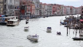 Mening van Grand Canal, Mening van Rialto-Brug Venetië, Italië stock video