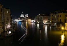 Mening van Grand Canal in Venetië bij nacht Stock Foto