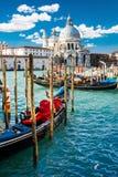 Mening van Grand Canal in Venetië met kleurrijke gondelboten in de voorgrond Stock Foto's