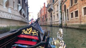 Mening van Grand Canal in Veneti?, Itali? Gondelieren op gondels stock video
