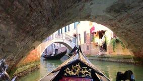 Mening van Grand Canal in Veneti?, Itali? Gondelieren op gondels stock videobeelden