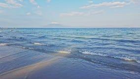 Mening van Grenzeloze Azure Ocean met Golfbranding tegen Blauwe Hemel stock video