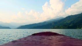 Mening van groene bergen van de neus van een drijvende boot stock footage