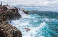 Mening van grote golven bij het kleine eiland van Crystal Cove dichtbij Boracay-isla stock foto