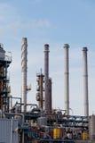 Mening van grote olieraffinaderij stock afbeeldingen
