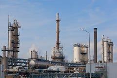 Mening van grote olieraffinaderij stock foto's