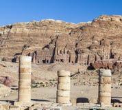 Mening van Grote Tempel naar urn, zijde en koninklijke graven petra Stock Foto