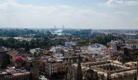 Mening van Harilda bij de Kathedraal van Sevilla, de moderne gebouwen en de bruggen over de rivier, Andalusia, Spanje Royalty-vrije Stock Afbeeldingen