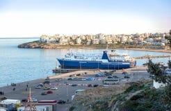 Mening van haven einddok en autoveerboten in Rafina, Áttica, Gr. royalty-vrije stock foto's