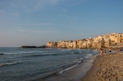 Mening van haven met oude huizen en openbaar strand in Cefalu bij su royalty-vrije stock fotografie