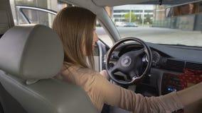 Mening van het aantrekkelijke bedrijfsvrouw krijgen in auto na het winkelen aankopen stock video