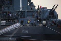 Mening van het achterdekse deel aan de havenkant en de doorgang met de naambanner van Russische torpedojager Close-up stock afbeeldingen