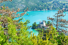 Mening van het Annecy meer met kasteel Stock Foto's