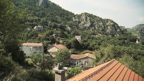 Mening van het autoraam op de huizen in de dorpen van de oude Europese stad Het drijven voorbij huizen stock footage