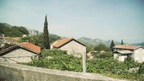 Mening van het autoraam op de huizen in de dorpen van de oude Europese stad Het drijven voorbij huizen stock video
