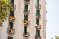Mening van het balkon met een vlag Referendum op onafhankelijkheid, Barcelona, Catalunya, Spanje Exemplaarruimte voor tekst royalty-vrije stock foto's