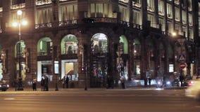 Mening van het bedrijfhuis van hoekzinger in Heilige Petersburg in nacht Zeepbel stock videobeelden